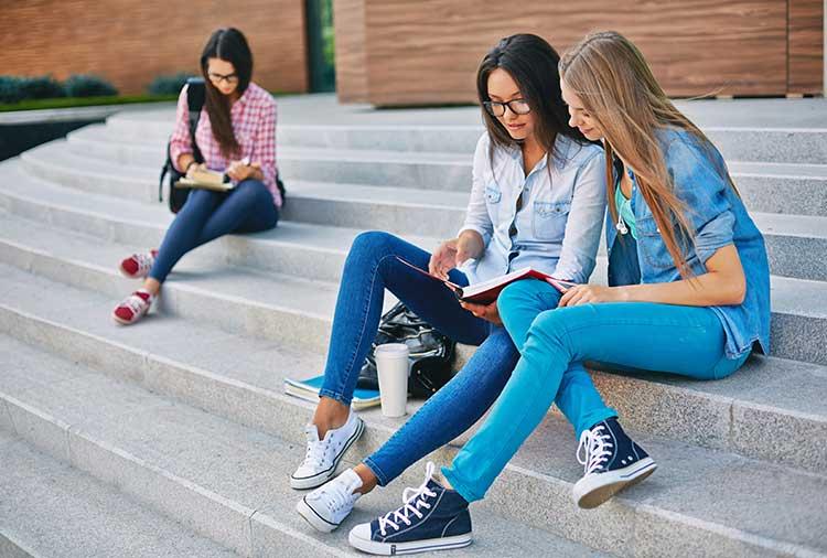 giovani europei: Emarginati dalla crisi ma pochi vanno a studiare o lavorare all'estero