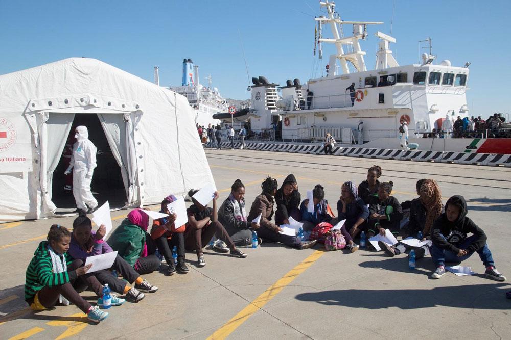 Un gruppo di minori eritrei salvati in mare dalla Guardia Costiera italiana e sbarcati nel porto di Messina - ©UNICEF/UNI185596/Mendel