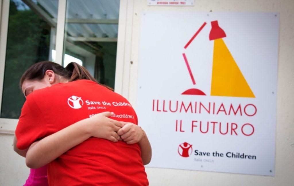 Save the Children oggi ha consegnato al Presidente del Consiglio Paolo Gentiloni oltre 53.000 firme raccolte nell'ambito della campagna Illuminiamo il futuro per il contrasto alla povertà educativa