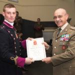 Il Generale CA Danilo Errico premia un allievo.jpg